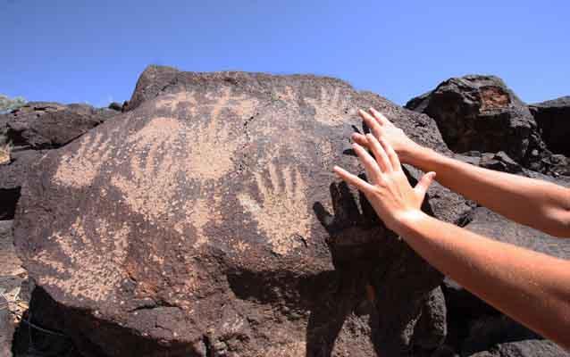 stein mit bildern von händen